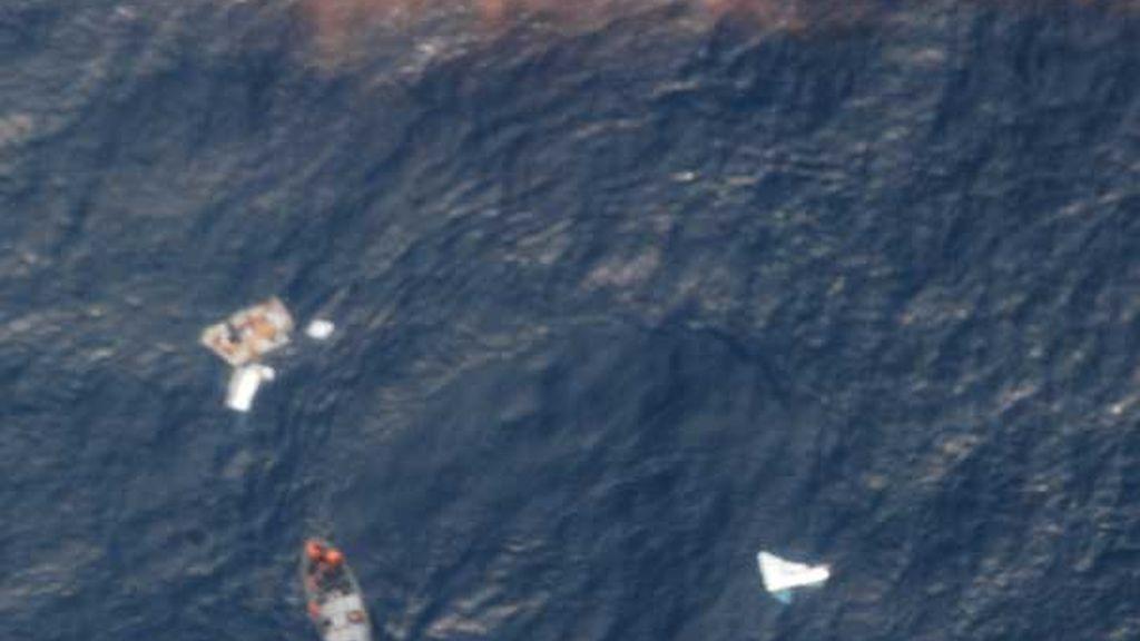 rescatan los primeros cadávares y restos del avión