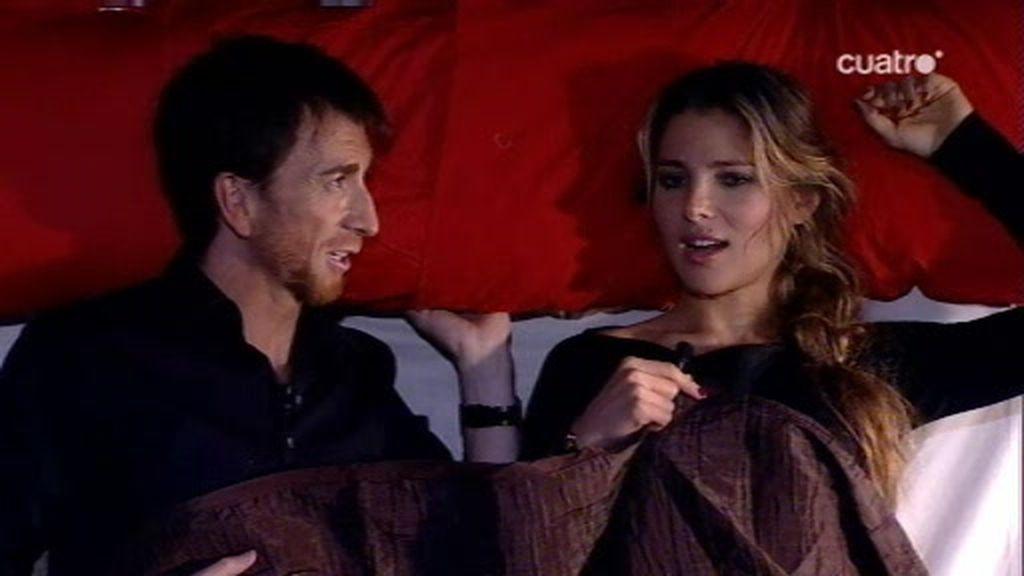 Pablo Motos y Elsa Pataky simulan una escena de cama