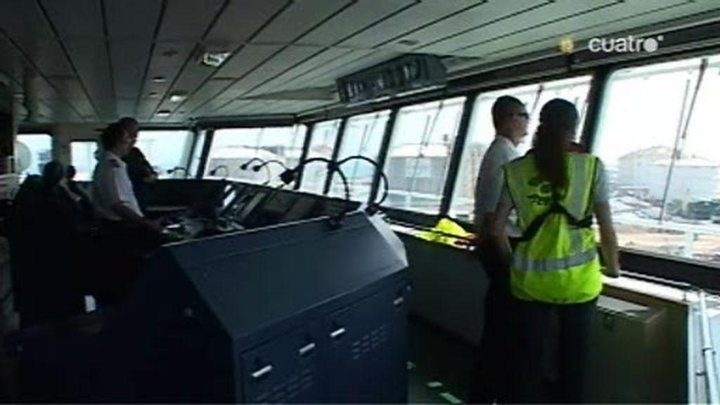 REC sube a un barco con prácticos para atracar un barco de alta carga