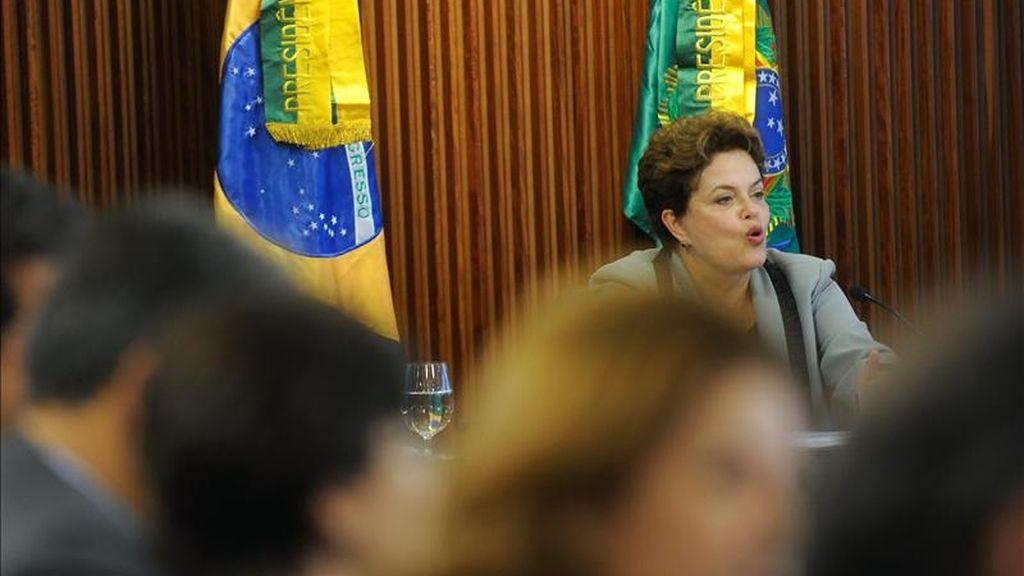 La presidenta brasileña, Dilma Rousseff, encabeza su primera reunión con el gabinete de ministros en el Palacio de Planalto en Brasilia (Brasil). EFE