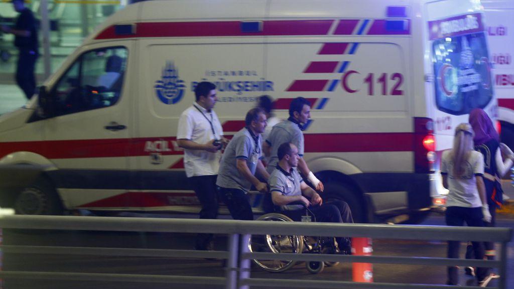 Dos explosiones y un tiroteo en el aeropuerto de Ataturk