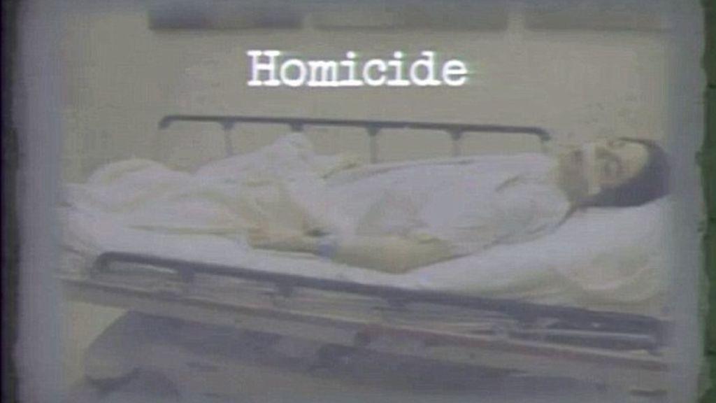 Imagen del cuerpo de Michael Jackson mostrada por el fiscal del caso en la primera jornada del juicio.