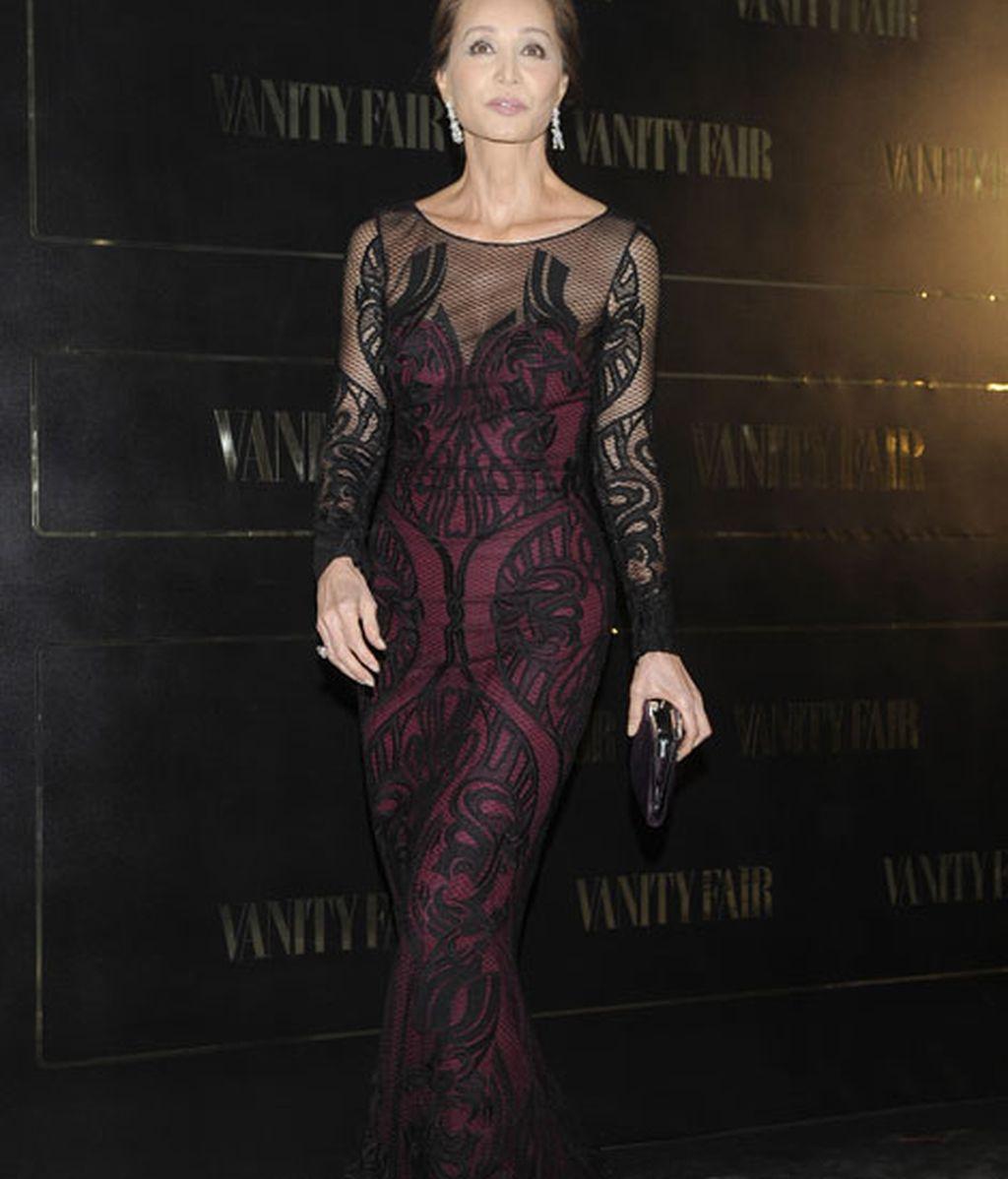 Isabel Preysler, con un vestido de encaje negro sobre un palabra de honor granate