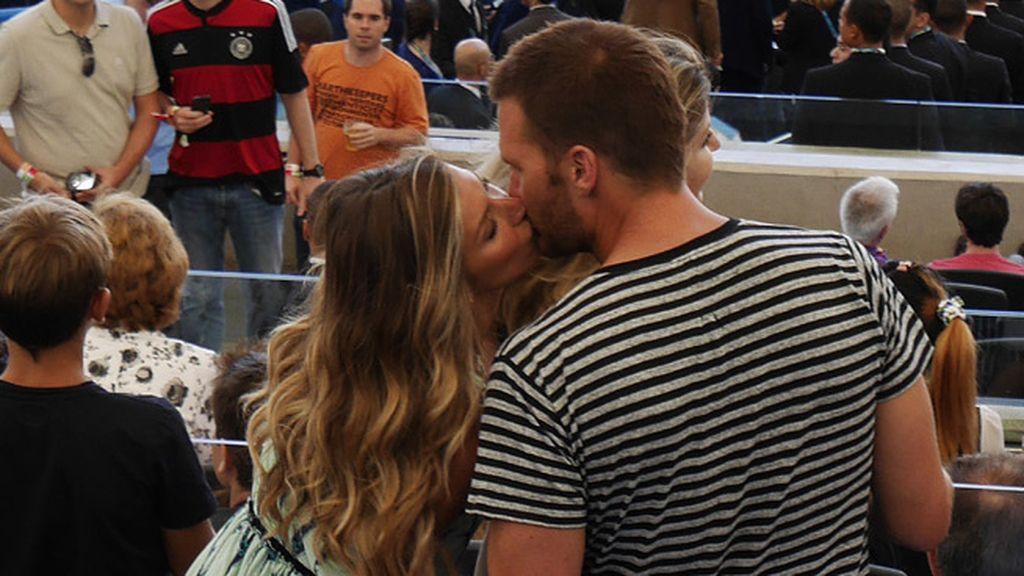 Gisele Bundchen besa a su novio el jugador de fútbol americano Tom Brady