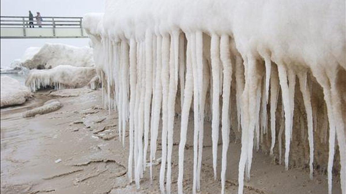 Vista de formaciones de hielo junto a un embarcadero en Koserow, en una playa de la isla de Usedom (Alemania). EFE/Archivo