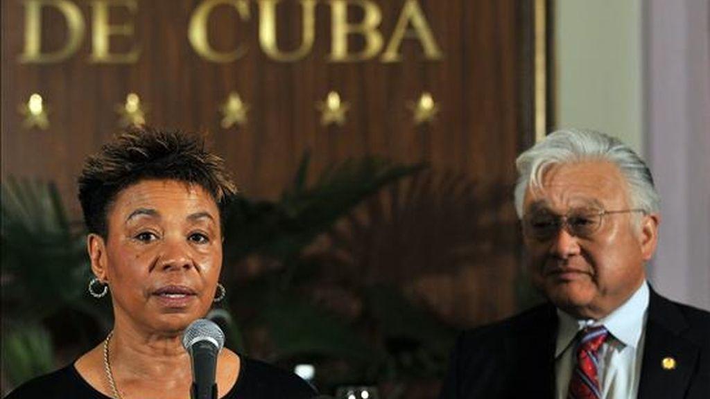Los congresistas demócratas estadounidenses Barbara Lee (i) y Mike Honda (d) ofrecen una rueda de prensa en La Habana, en la que informaron sobre las actividades desarrolladas durante sus dos días de visita a Cuba. EFE