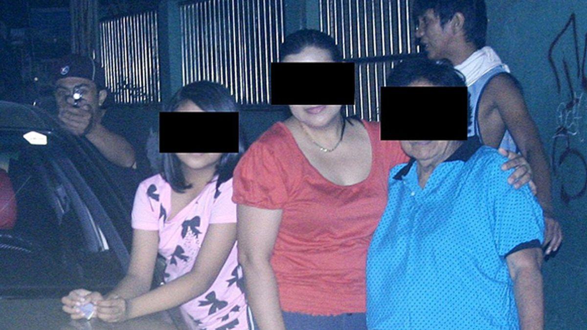 El asesino en el encuadre de la víctima. Gracias a esta imagen la policía arrestó al pistolero que mató a un concejal en Filipinas. Foto EFE