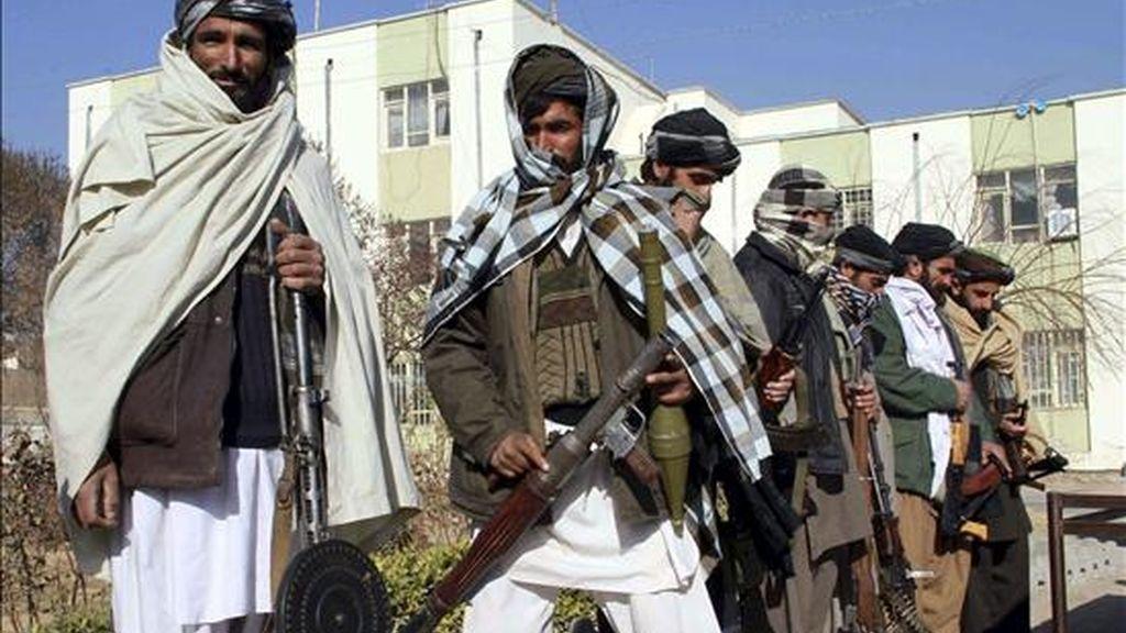 Un grupo de militantes afganos entrega voluntariamente sus armas en Herat, Afganistán. EFE/Archivo