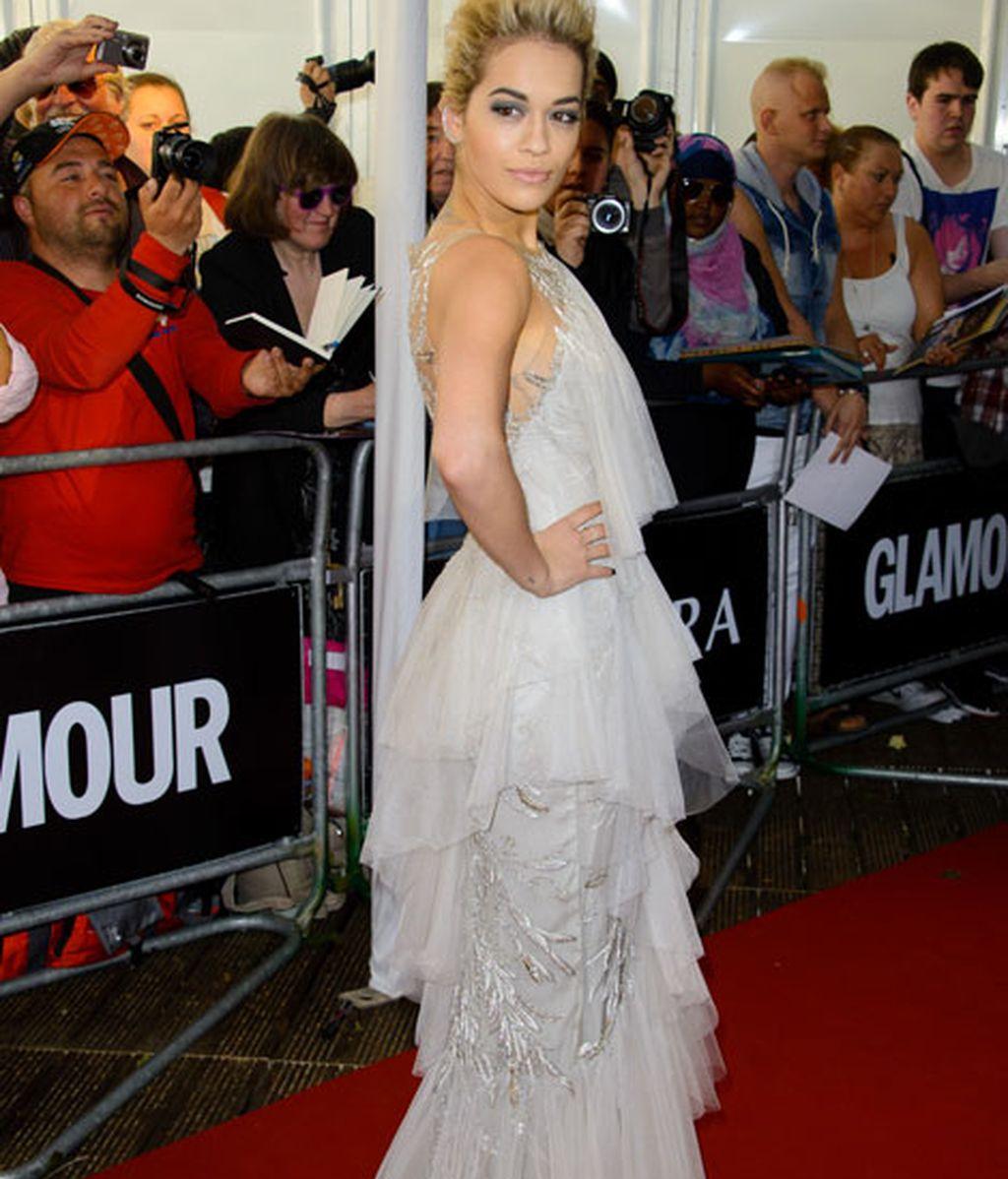 Rita Ora, con un vestido de gasa y tupé