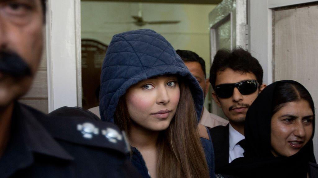 La supermodelo paquistaní Ayyan Ali a su salida de los juzgados