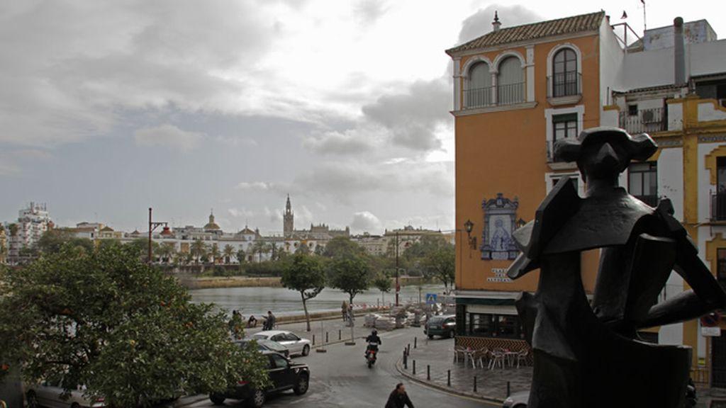 Raimundo Amador se pasea por las calles de Triana, su vista favorita