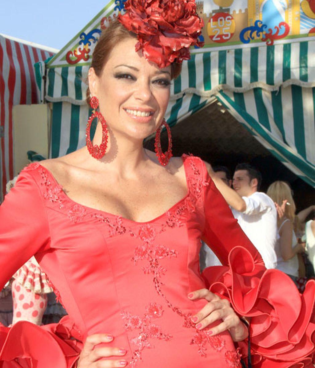 Lucía Hoyos, con traje de volantes rojo