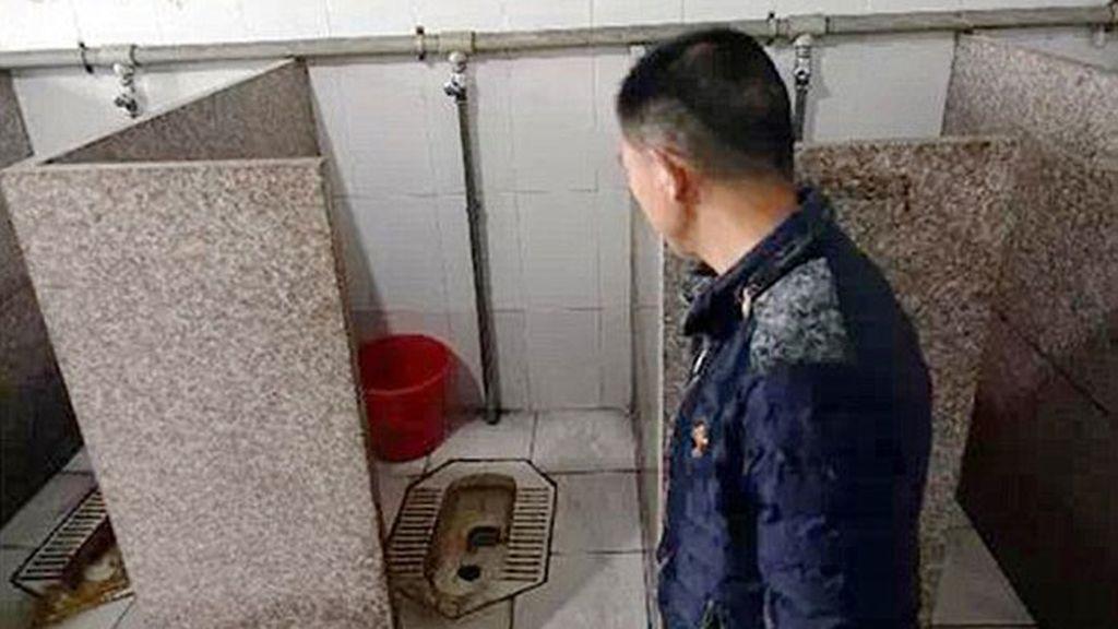 Una mujer da a luz en un descanso del trabajo y deja a su hijo abandonado en el baño