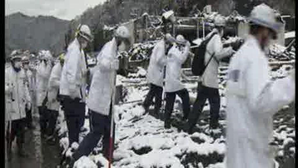 El frío complica las tareas de rescate