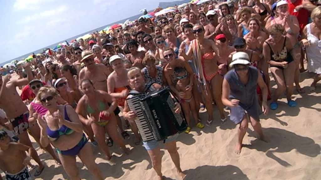 Los vigilantes de la playa en 'Ola Ola'