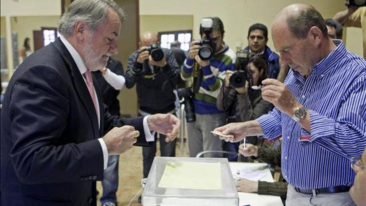 El cabeza de lista del PP a las elecciones europeas, Jaime Mayor Oreja, ejerce su derecho a voto en un colegio de Armentia, pequeño pueblo de la zona rural de Vitoria. EFE