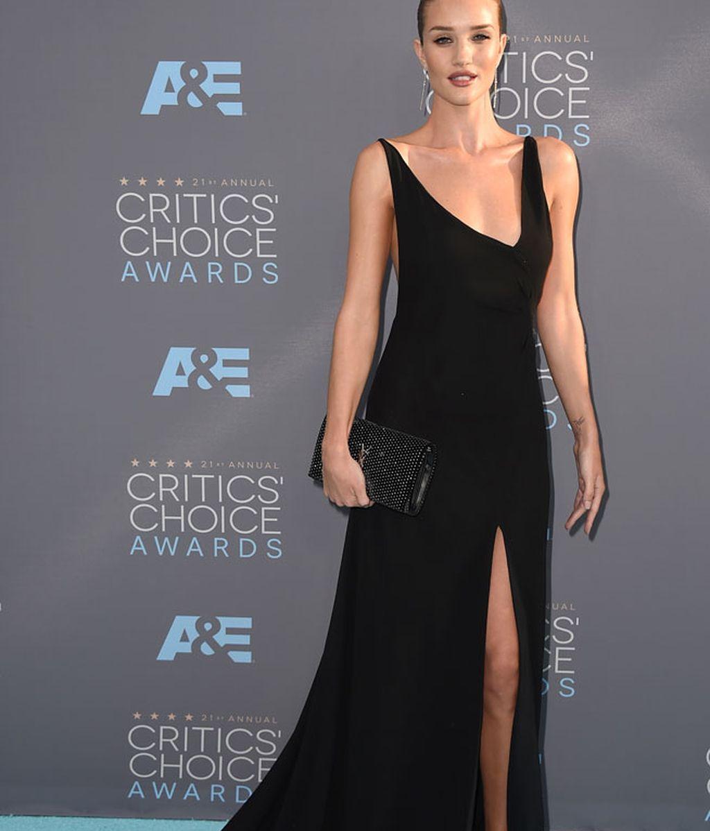 La modelo Rosie Huntington Whiteley vestida por Saint Laurent