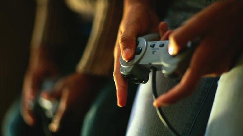 Adolescentes jugando un videojuego en línea