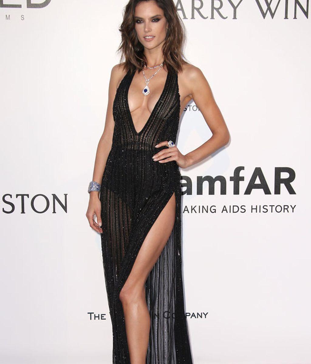 Alessandra Ambrosio, negro, transparencias y brillo en su vestido de Redemption