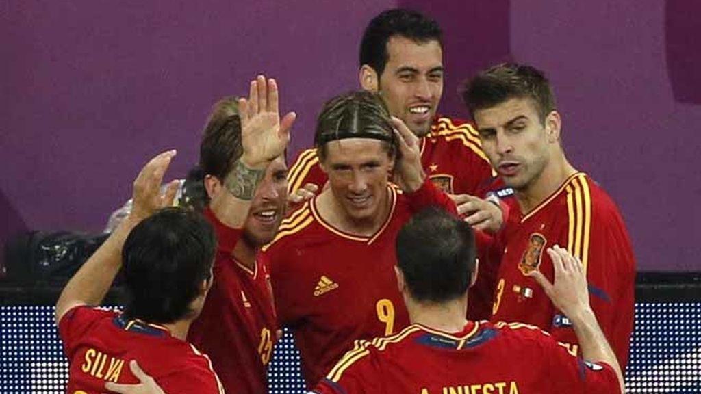Torres, arropado por sus compañeros tras su golazo ante Irlanda