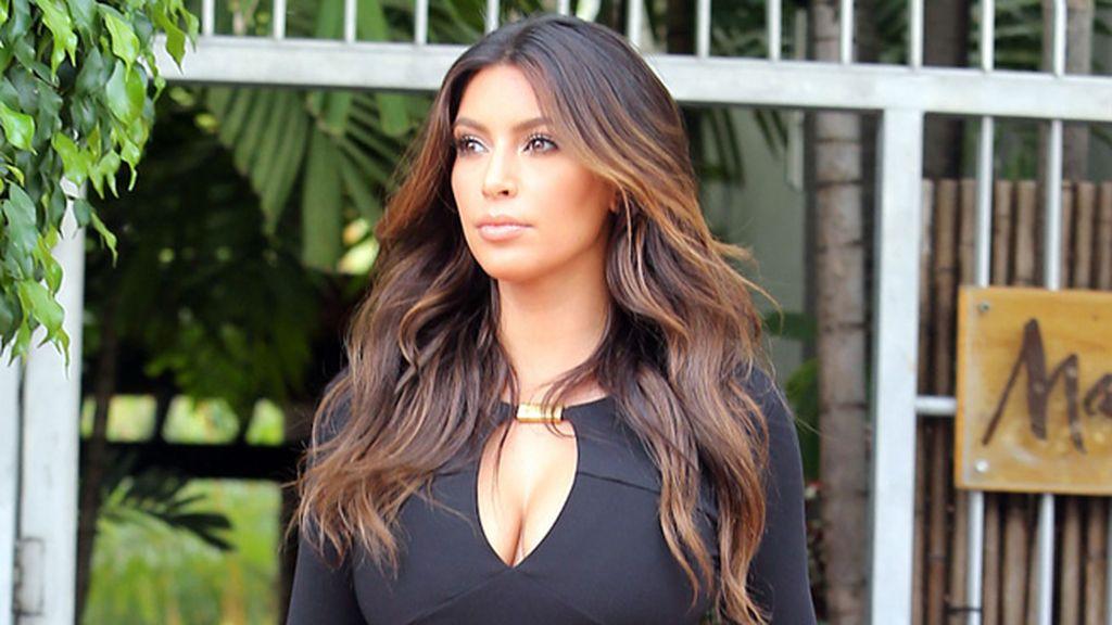 Fuera de España, Kim Kardashian impacta con sus curvas...¡y con su pelazo!