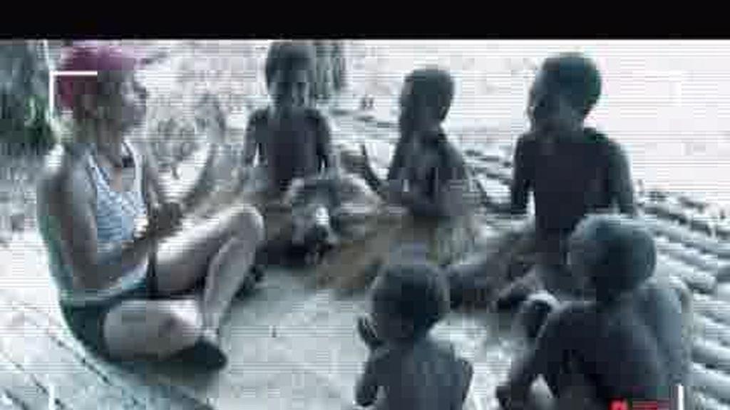 IMÁGENES INÉDITAS. Ana Mari canta y baila con los niños kamoro
