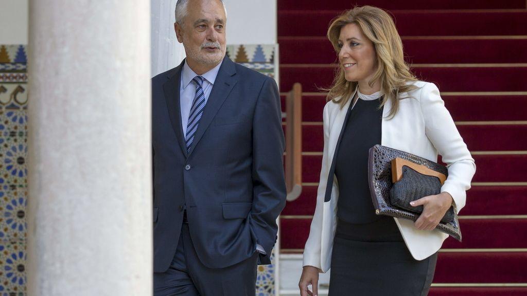Susana Díaz llega al Parlamento andaluz junto a Antonio Griñán