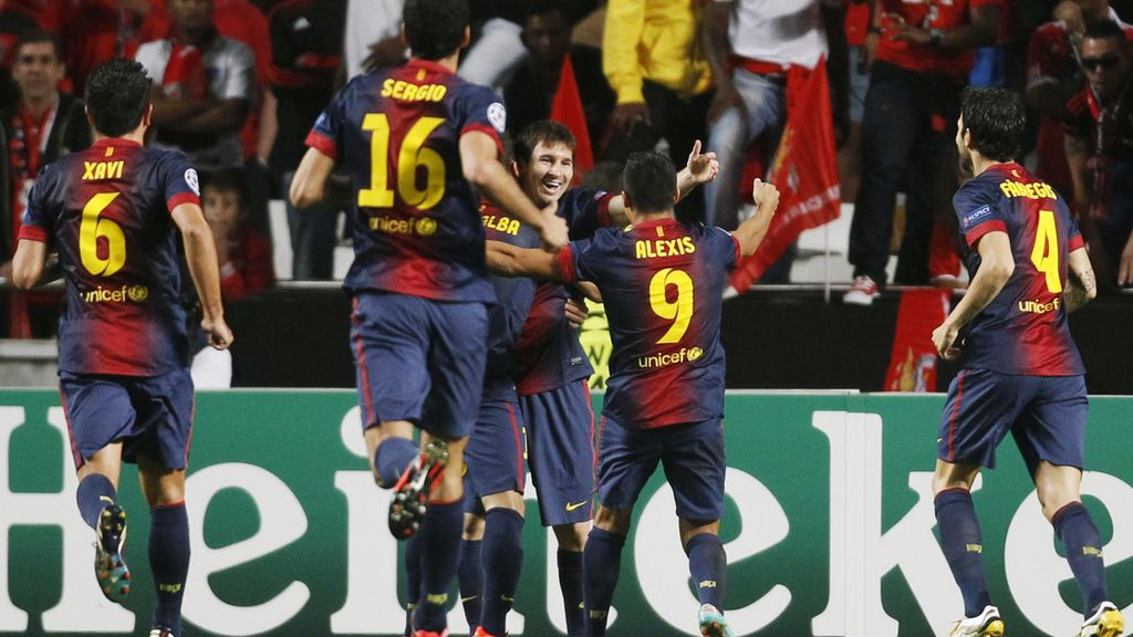 Los jugadores del Barcelona celebran el gol de Alexis ante el Benfica