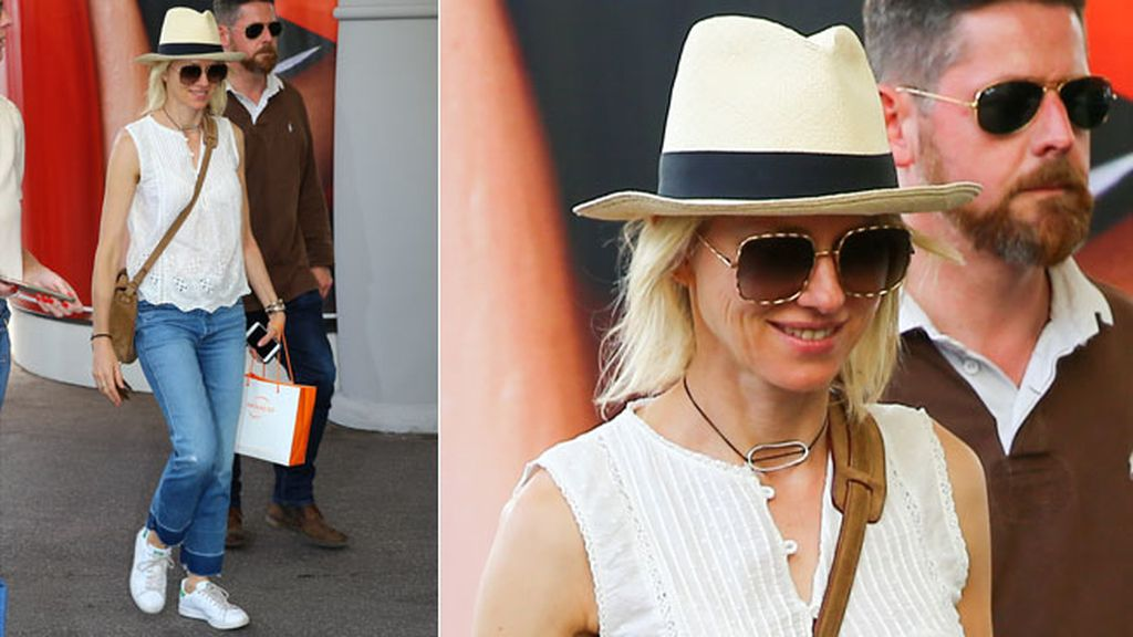 Naomi Watts aterriza con sombrero, vaqueros y zapatillas