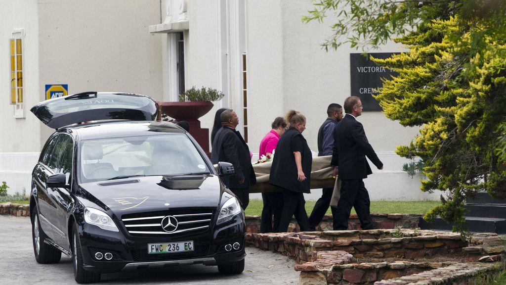 Entierro de Reeva Steenkamp mientras Oscar Pistoriues declara nte el juez