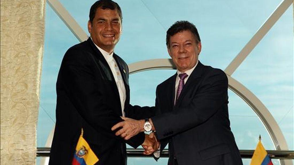 La visita ocurrirá después de que el presidente ecuatoriano, Rafael Correa (i),  y su homólogo colombiano, Juan Manuel Santos (d), acordaran el mes pasado restablecer los vínculos diplomáticos plenos, rotos en 2008. EFE/Archivo