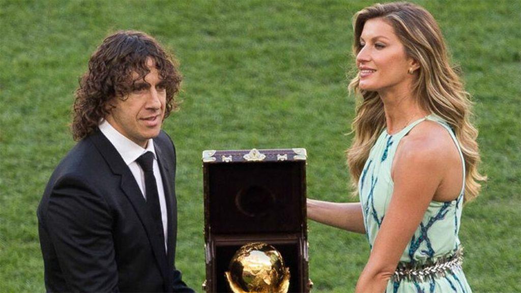 Puyol y Gisele Bundchen entregaron la Copa del Mundo que ganó España