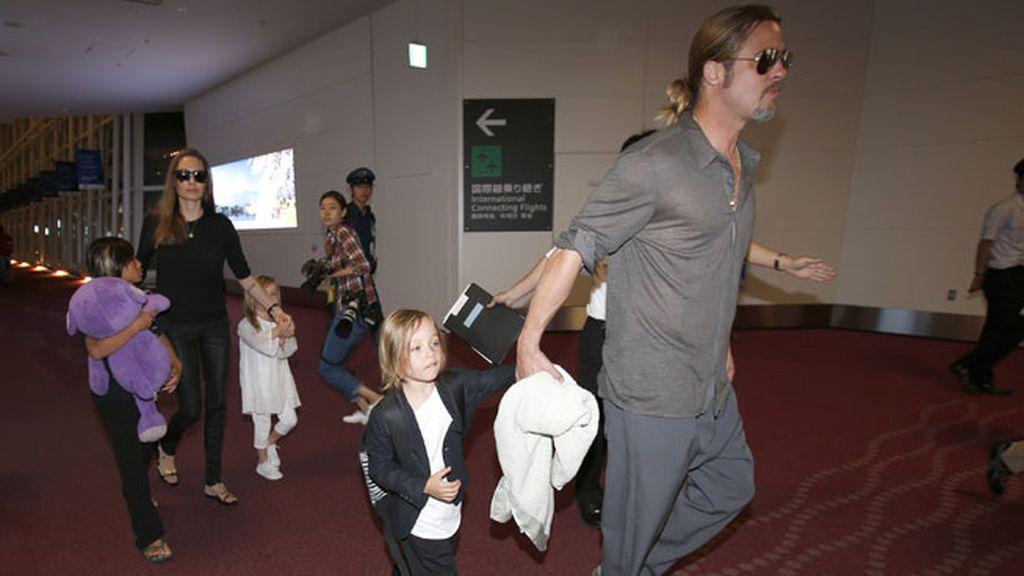 Angelina Jolie, Brad Pitt y parte de su séquito, por Tokio