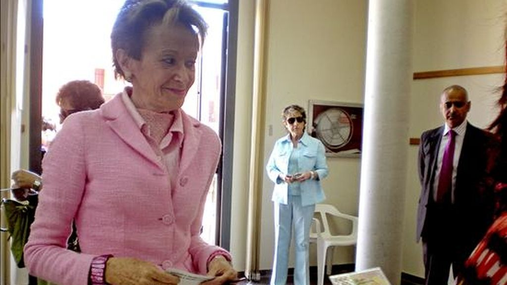 La vicepresidenta primera y portavoz del Gobierno, María Teresa Fernández de la Vega, votó esta mañana en el colegio electoral en Beneixida (Valencia), en las elecciones al Parlamento Europeo. EFE