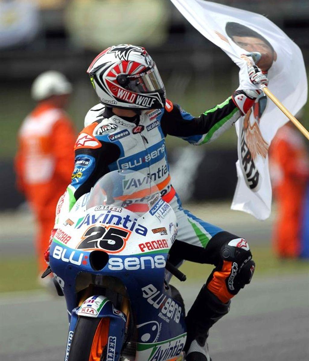 Maverick Viñales levanta una bandera durante la vuelta de honor en Montmeló