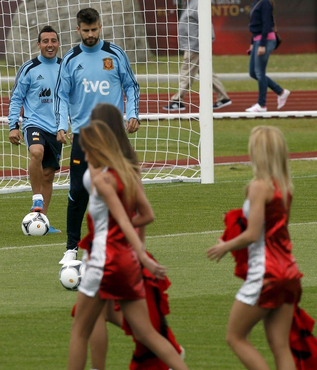 Un grupo de 'cheerleaders' animan el entreno de España