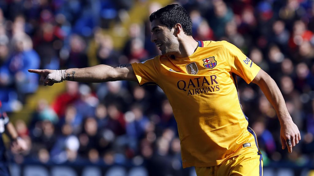 Luis Suárez marca contra el Levante