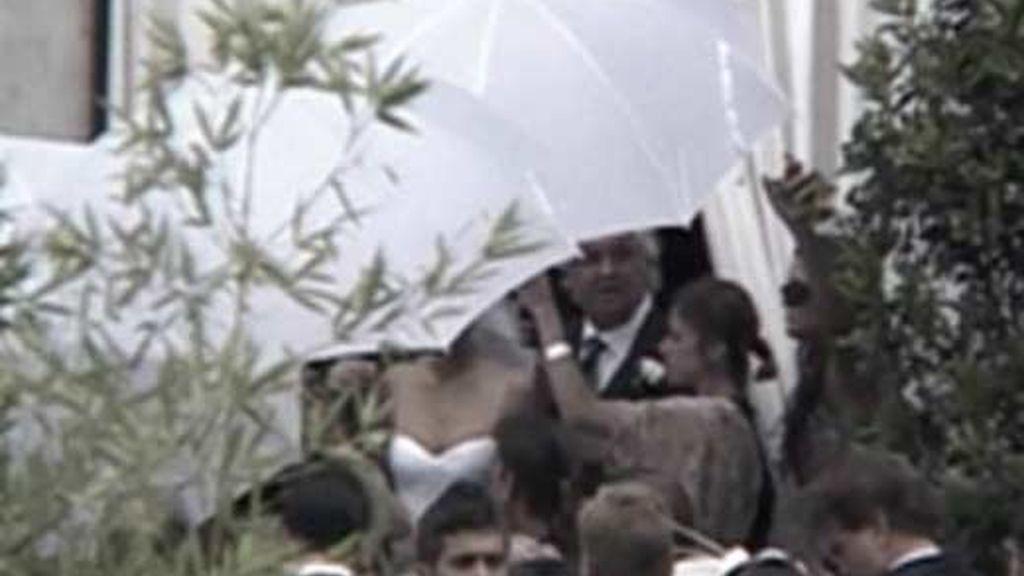 Tras la cortina de paraguas blancos se puede ver a la modelo y el empresario