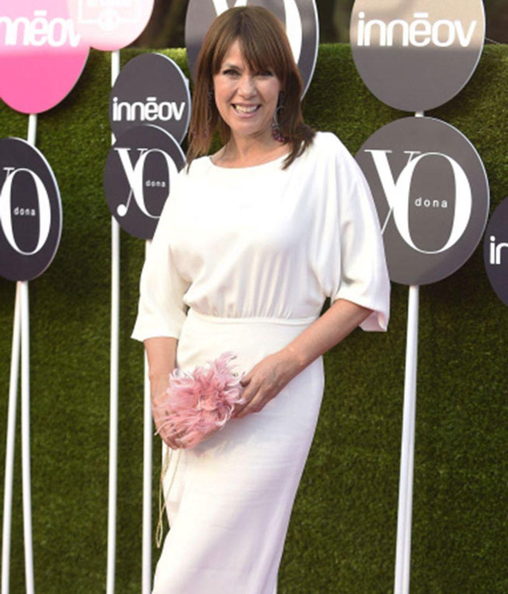 La actriz Mabel Lozano, perfecta con un vestido blanco y muy sonriente