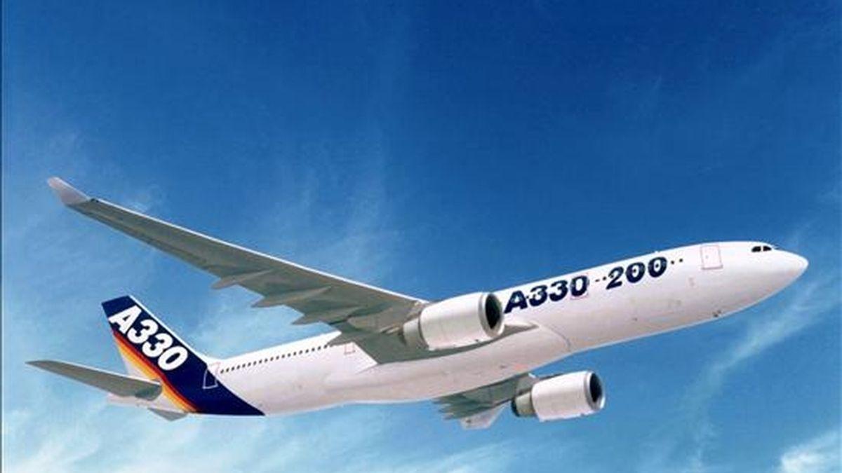 Fotografía de archivo de un Airbus A330-200, en vuelo. EFE/Archivo