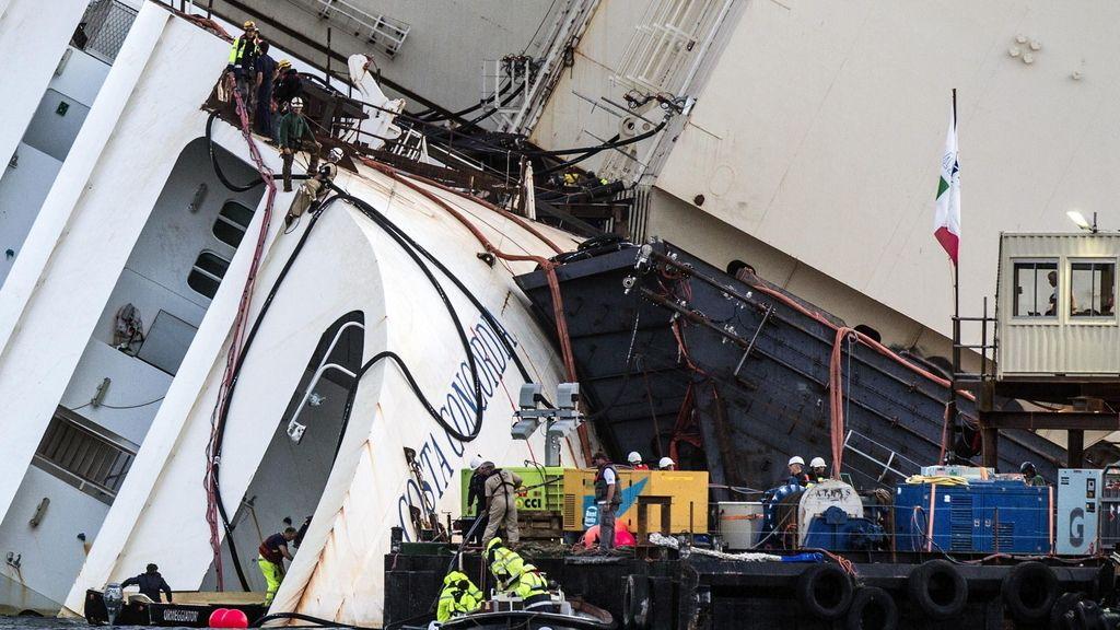 Operarios realizan los preparativos para enderezar el Costa Concordia en la isla de Giglio en Italia