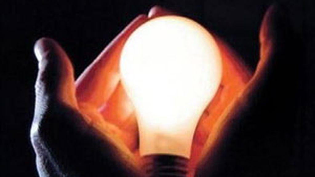 La decisión supone aplicar una bajada de los peajes eléctricos en octubre que compensen el incremento en el coste de la energía FOTO: EFE/ archivo