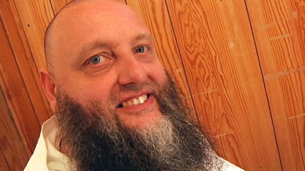 Un hombre con una gran barba