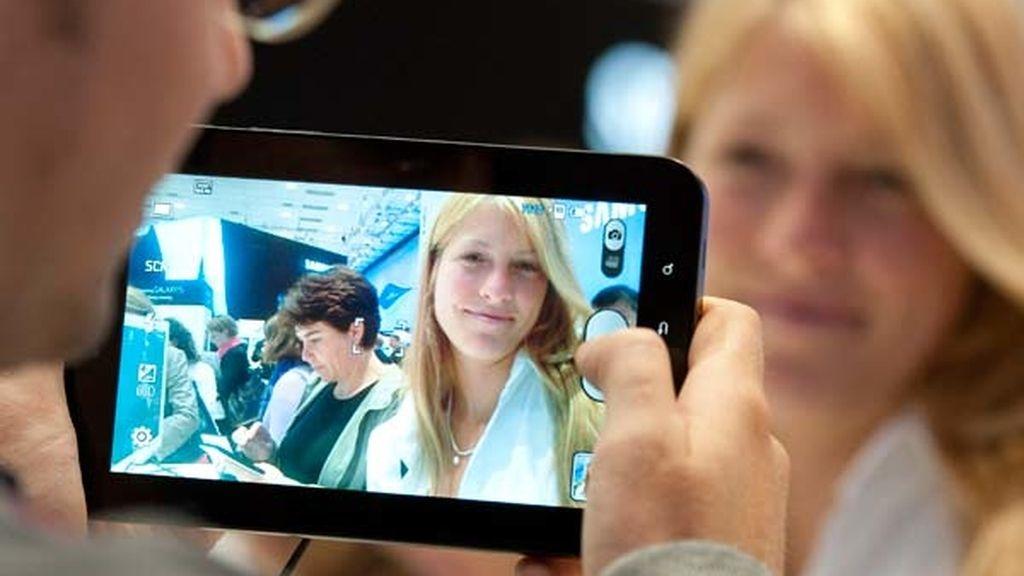 Puede hacer fotos de 3 megapíxeles con flash LED con la cámara trasera y de uno con la frontal