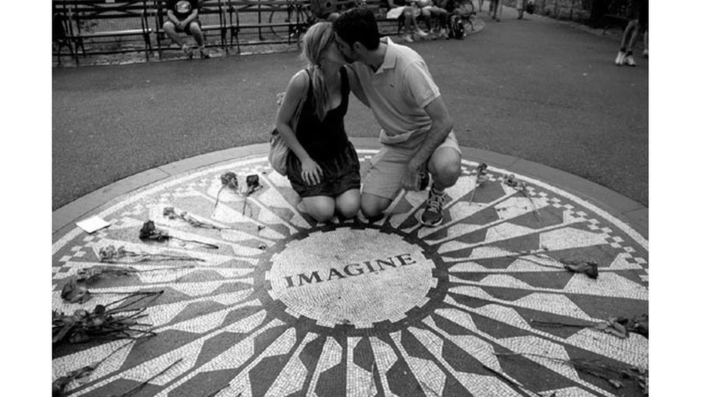 El fotógrafo argentino Ignacio Lehmann presta su proyecto '100 World Kisses'
