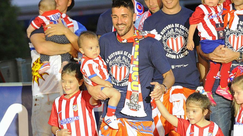 David Villa, con sus tres miniatlético Zaida, Olalla y Luca