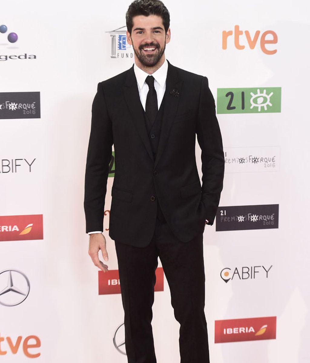 Miguel Ángel Muñoz con traje y chaleco negro