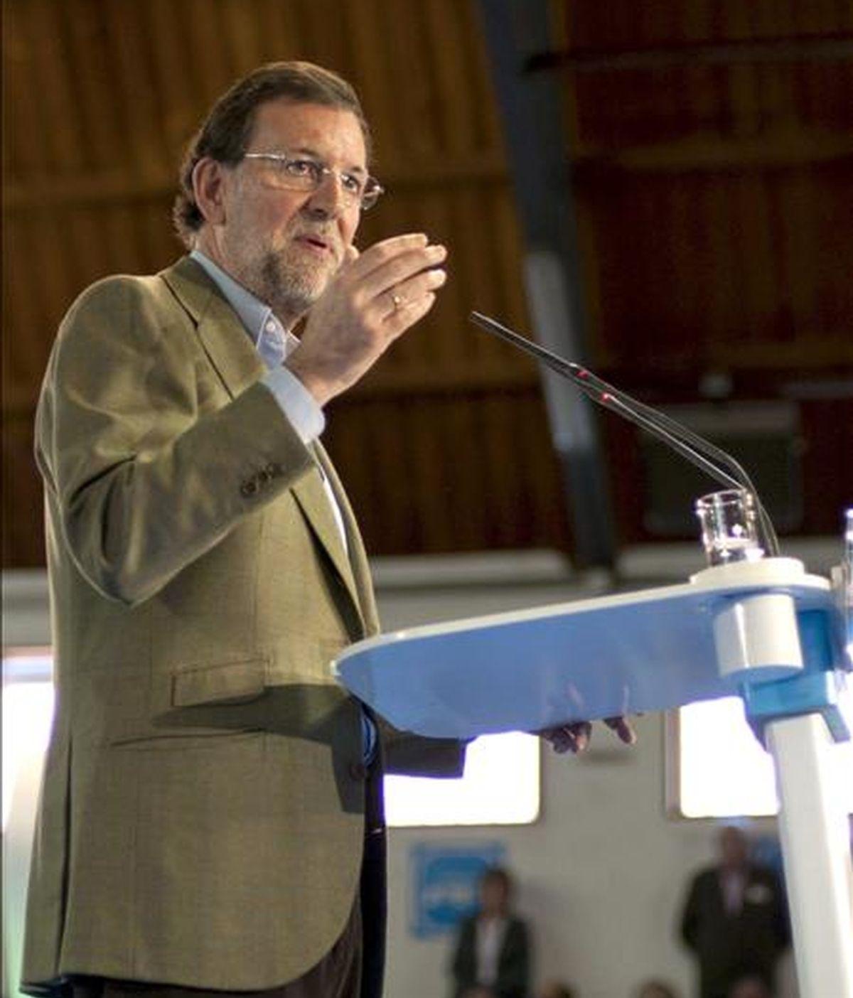 El líder del Partido Popular, Mariano Rajoy, durante su intervención en la clausura del acto público que su partido ha organizado hoy en Cáceres. EFE