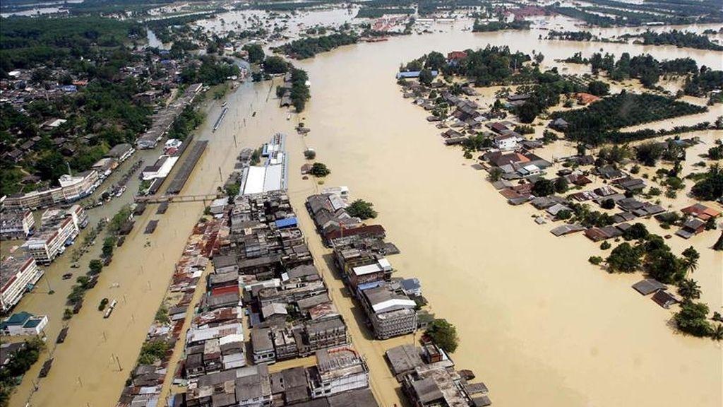 Una fotografía aérea del pasado 04 de abril de 2011 que muestra los daños causados por el inicio de las graves inundaciones que afectan en plena estación seca a casi dos millones de personas en el sur del país, en Surat Thani, Tailandia. EFE/Archivo