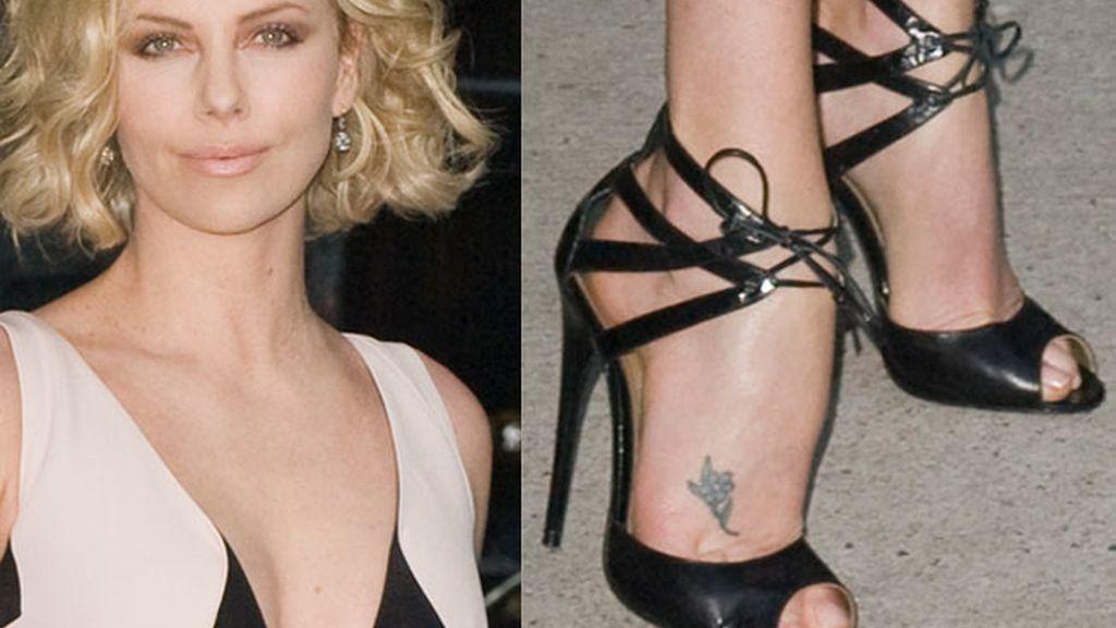 Charlize Theron, lazada al tobillo